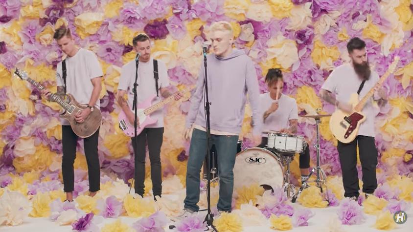 Neck deep lanz un nuevo video lleno de flores y colores for Cuarto lleno de rosas